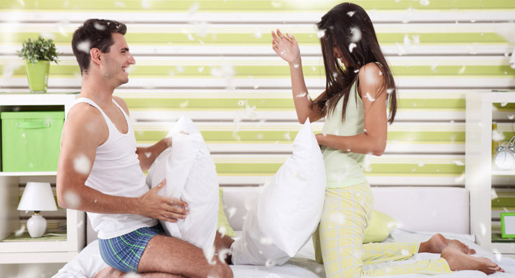 wilde kissenschlacht matratzen. Black Bedroom Furniture Sets. Home Design Ideas